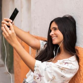 Selfieを取っているミディアムショットの女の子