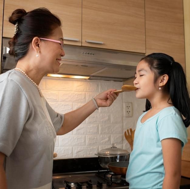 ミディアムショットの女の子が食べ物を味わう