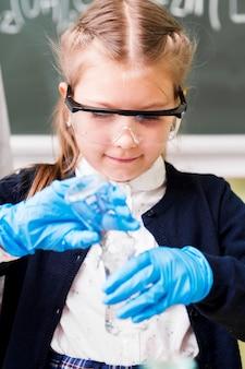 保護手袋をしたミディアムショットの女の子