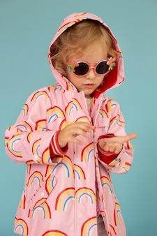 Девушка среднего роста в солнцезащитных очках