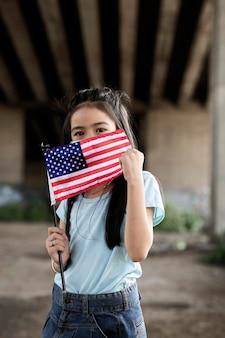 Девушка среднего роста с американским флагом