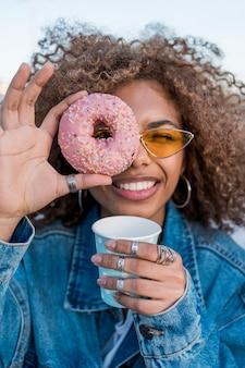 Среднего роста девушка с пончиком