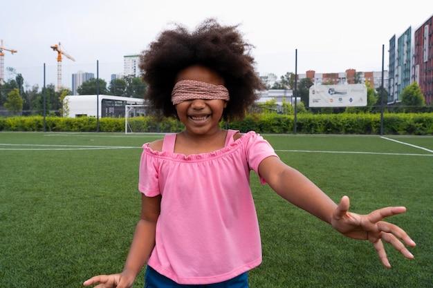 目を覆ったミディアムショットの女の子