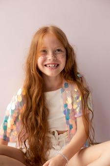 Девушка среднего роста с рыжими волосами