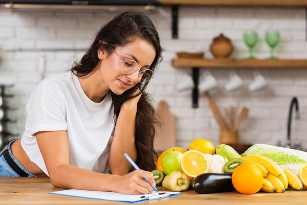 Среднечастотная девушка в очках пишет что-то
