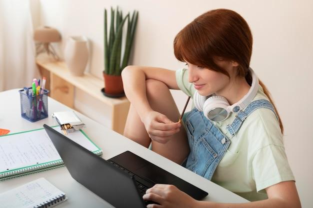 ノートパソコンとミディアムショットの女の子
