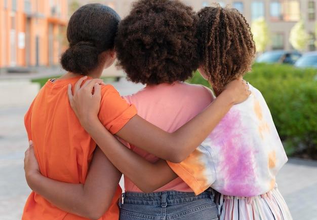 ミディアムショットの女の子がお互いを抱きしめている