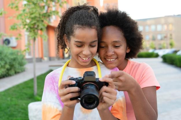 カメラを見ているミディアムショットの女の子