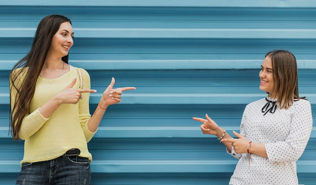 お互いを指しているミディアムショットの女の子