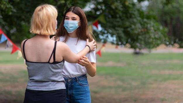 Ragazze di tiro medio che indossano maschere