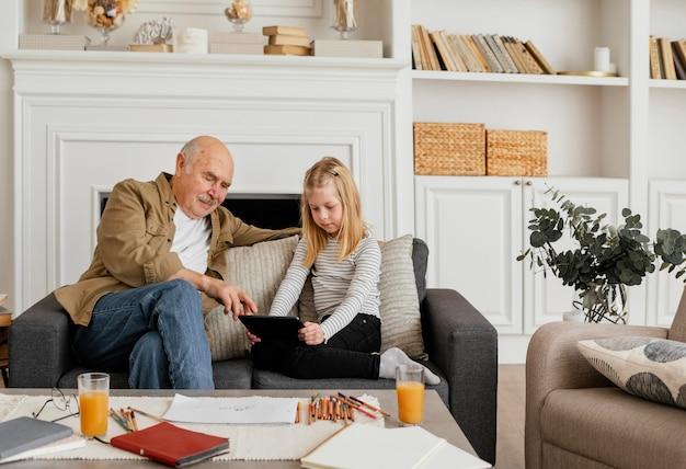 중간 샷 할아버지와 여자 아이 on 안락 의자