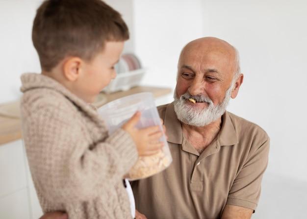 Дед и малыш среднего кадра