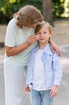 Средний выстрел бабушка чистит ребенка