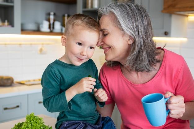Бабушка и малыш среднего роста
