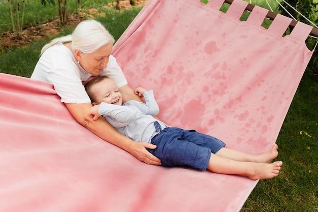 ミディアムショットの祖母と子供