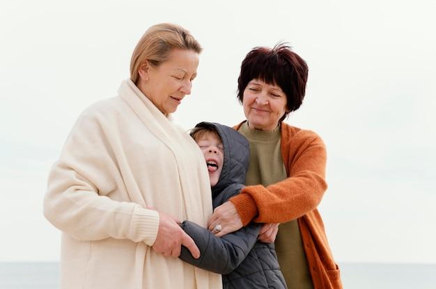 중형 샷 할머니와 어린이