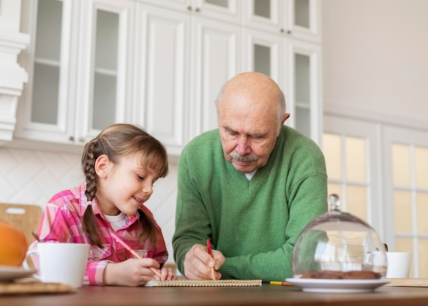 Средний рисунок дедушка и девочка