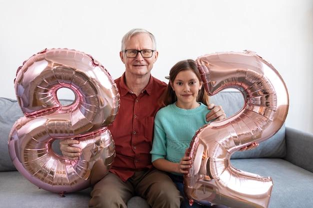 ミディアムショットのおじいちゃんと孫娘