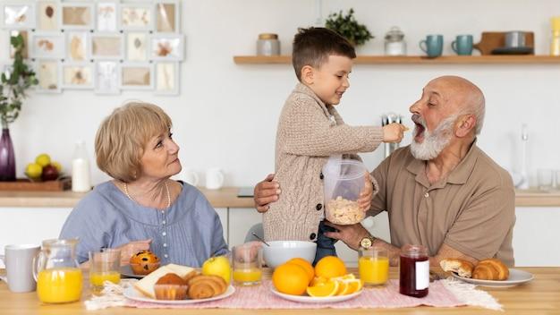 ミディアムショットの祖父母と少年
