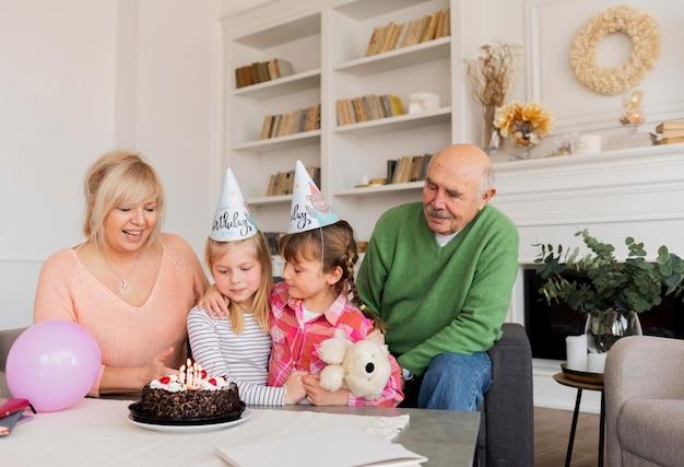 중간 샷 조부모 및 소녀