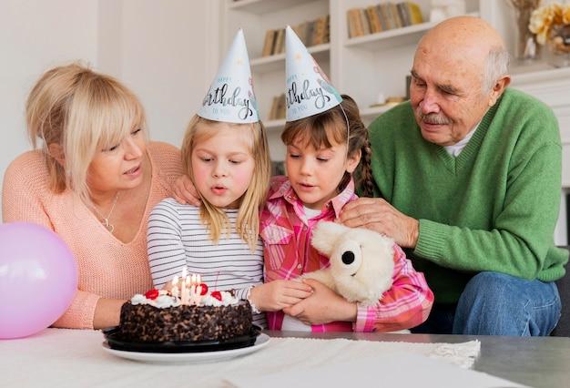 중간 샷 조부모 및 손녀