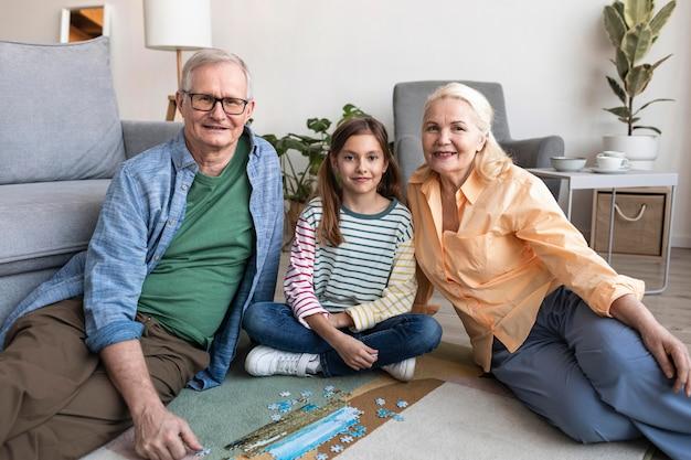 중간 샷 조부모 및 어린이