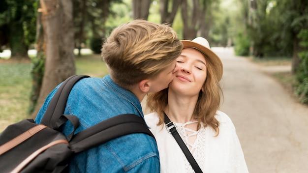 ミディアムショットの男が少女の頬にキス