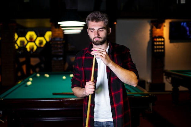 Medium shot guy with pool cue and chalk
