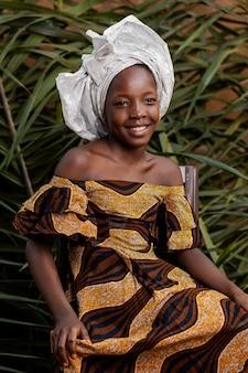ミディアムショット幸せなアフリカの女の子の肖像画