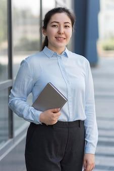 Средний снимок счастливая деловая женщина