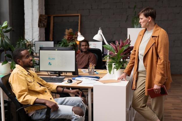 Средний план счастливых коллег разговаривает