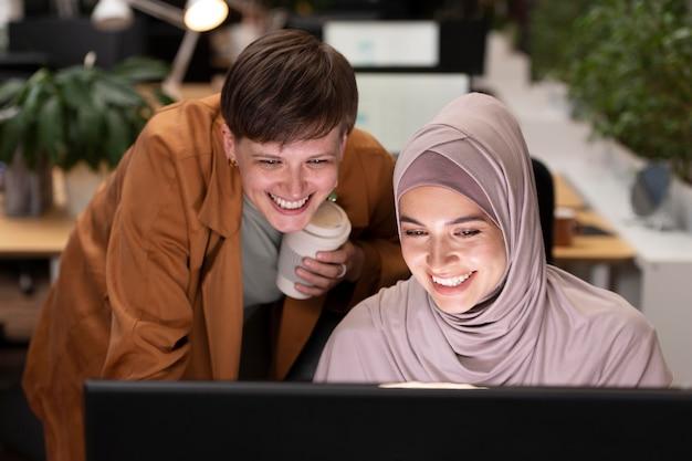 Средний план счастливых коллег, работающих вместе