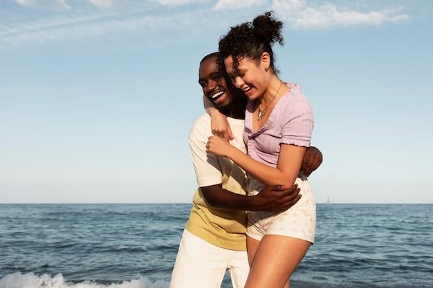 바다에서 중간 샷 행복한 커플
