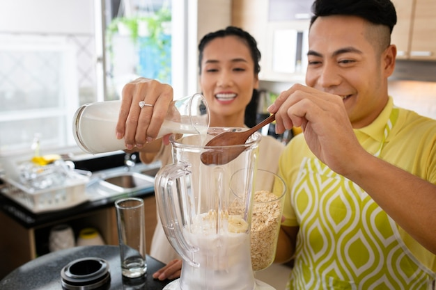 ミディアムショットの幸せなカップルの料理