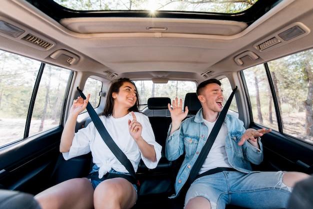 Средний снимок счастливая пара веселится
