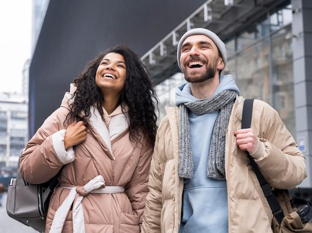 Средний снимок счастливая пара, взявшись за руки Бесплатные Фотографии