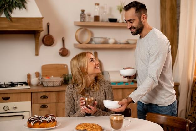 Средний снимок счастливая пара на кухне