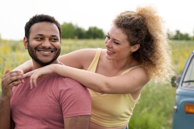 自然の中でミディアムショットの幸せなカップル Premium写真