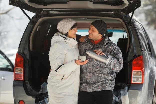 Средний снимок счастливая пара на открытом воздухе