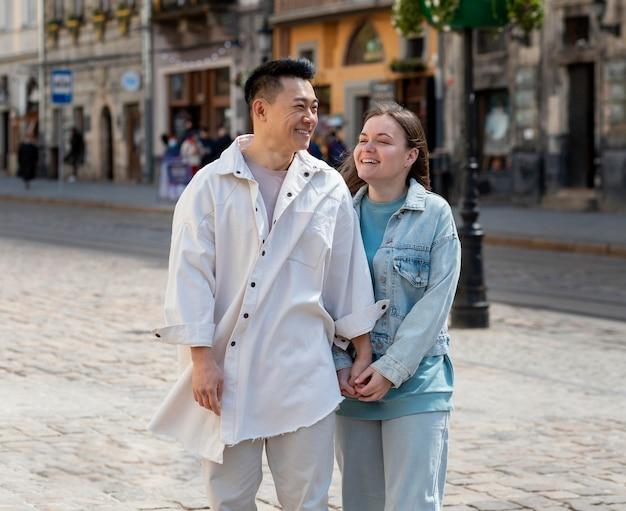 ミディアムショット幸せなカップル屋外