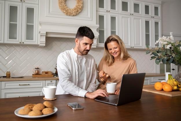 Средний снимок счастливая пара с ноутбуком