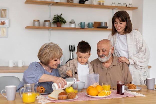 テーブルでミディアムショットの幸せな家族