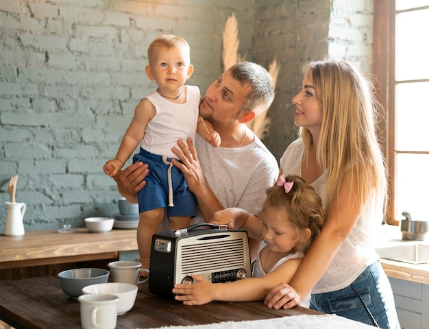 ミディアムショット幸せな家庭の台所