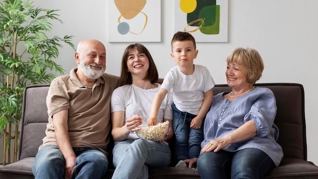 ミディアムショットの幸せな家族を屋内で