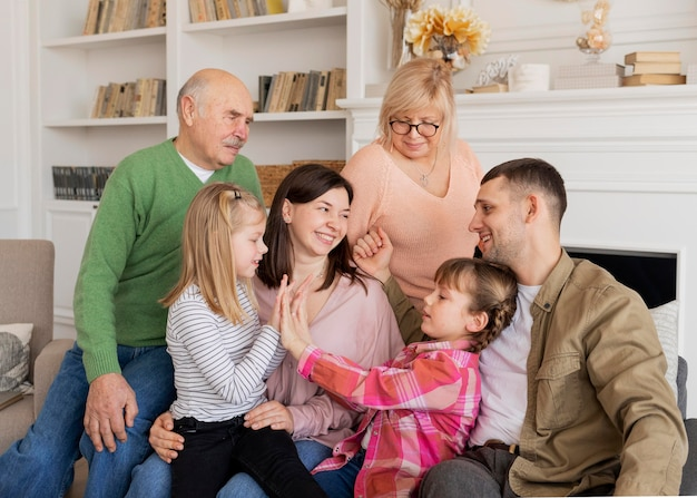 Счастливая семья среднего размера на диване