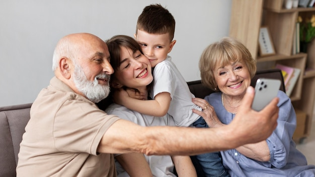ソファの上でミディアムショットの幸せな家族