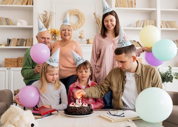 ミディアムショットの幸せな家族のパーティー