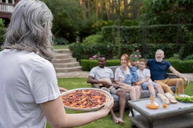 Счастливая семья среднего размера с едой