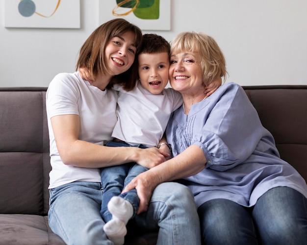 Счастливая семья среднего кадра с внуком