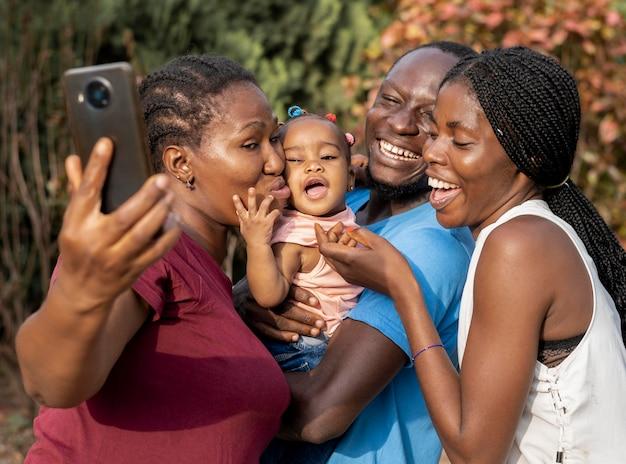 중간 샷 행복 함 가족과 자녀